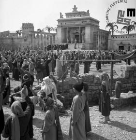 Prizor s snemanja filma Stara zaveza/Il vecchio testamento (režiser Gianfranco Parolini, Cineproduzioni Associate, Rim, C.F.F.P., Pariz, 1962) pri Gramozni jami v Ljubljani avgusta 1962.