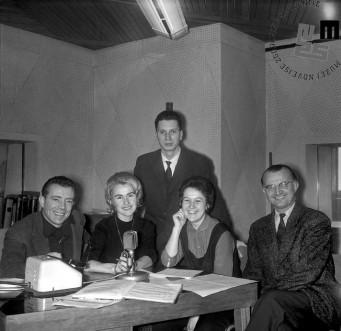 Radijski napovedovalci v radijskem studiu. Z leve: Janez Sever, Jana Osojnik, Vili Vodopivec, Julka Vahen in France Škrbec.