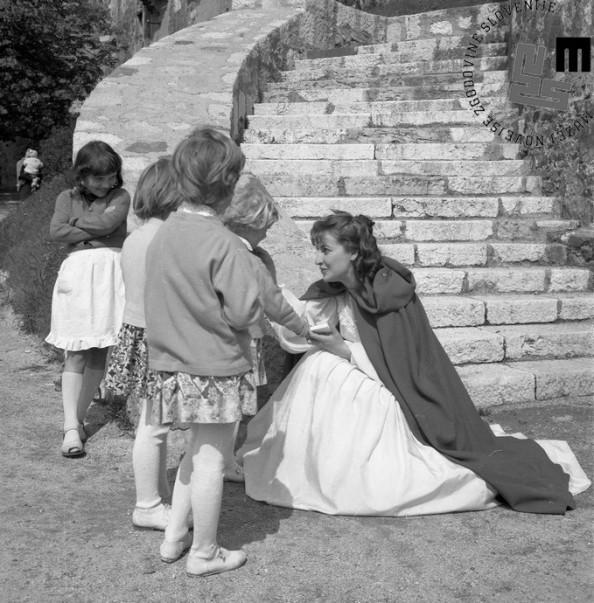 Gledališka predstava za otroke Lepota in zver, Lepota (Kristina Piccoli) z otroci, 1960. Foto: Edi Šelhaus