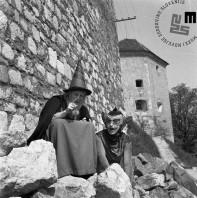 Gledališka predstava za otorke Lepota in zver, Brane Miklavc in Alja Tkačeva, 1960. Foto: Edi Šelhaus