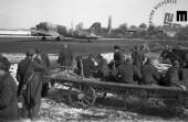 Ranjenci na partizanskem letališču v Beli krajini čakajo na prevoz v Bari (Italija), april 1945.