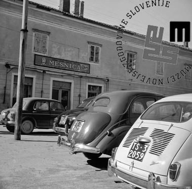 Za posnetek iz februarja 1959 z naslovom »Pred mesnico v Sežani« je Šelhaus leta 1961 prejel Tomšičevo nagrado. Fotografija prikazuje vsakdanji prizor v Sežani, to je vrsto avtomobilov s tržaškimi registracijami, saj so Italijani na jugoslovansko stran hodili med drugim kupovat cenejše meso.