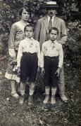 Družina Edija Šelhausa ok. leta 1925: Edi (spredaj prvi z leve), mama Julijana, oče Janko in brat Janko. Foto: Janko Šelhaus.