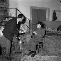 Edi Šelhaus intervjuva najstarejšega Slovenca, 106-letnega Jožeta - Bepa Jusiča iz Beneške Slovenije, v gorski vasi Klenje pri Čedadu, 1961, foto: neznan.