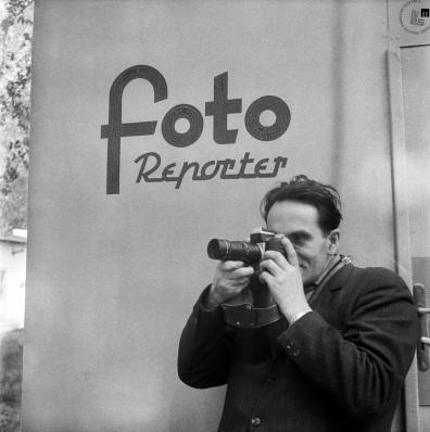 Edi Šelhaus v akciji – protokolarne dogodke so fotoreporterji smeli fotografirati le z zanje določenega mesta, ok. 1958.