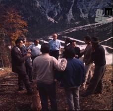 Mednarodna komisija FIS med ogledom nove skakalnice velikanke v Planici 20. novembra 1971, pred 1. svetovnim prvenstvom v poletih leta 1972. Prvi z leve je fotoreporter Edi Šelhaus. Foto: Marjan Ciglič.