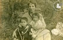 1. Edi Šelhaus v naročju mame Julijane in brat Janko, 1919. Foto: Janko Šelhaus.