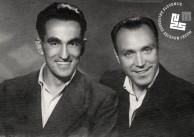 1. Prijatelja in fotoreporterja Primorskega dnevnika Edi Šelhaus (na levi) in Mario Magajna v Trstu leta 1947.