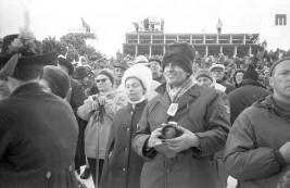 10. Fotoreporter Edi Šelhaus (s kučmo v ospredju) na zimski olimpijadi v Innsbrucku leta 1964, foto: neznani avtor.