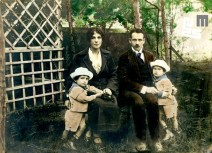 2. Družina Edija Šelhausa, ok. 1922: Edi (1. z leve), mama Julijana, oče Janko in brat Janko. Foto: Janko Šelhaus (kolorirala mama Julijana).