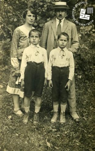 3. Družina Edija Šelhausa, okrog 1925: mama Julijana in oče Janko, spredaj na levi Edi, na desni brat Janko.