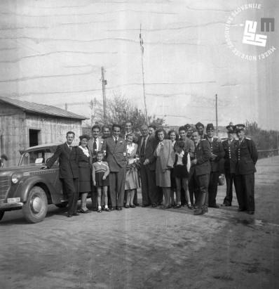 4. Poroka Edija Šelhausa in Nives Jenko 20. oktobra 1947 – svatje na mejnem prehodu Škofije s cariniki, foto: neznan.
