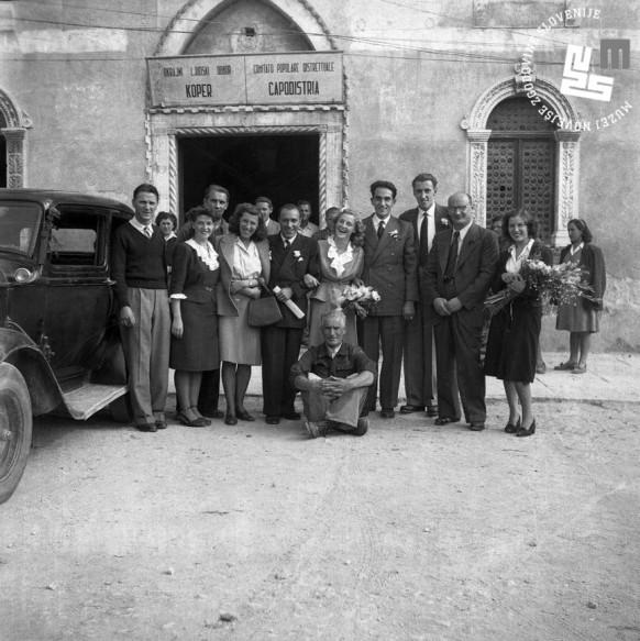 5. Poroka Edija Šelhausa in Nives Jenko 20. oktobra 1947. Svatje pred občinsko stavbo v Kopru.