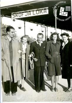 6. Edi Šelhaus je z ženo Nives Jenko na poročni dan 20. oktobra 1947 obiskal še svojo mamo v Škofji Loki. Z leve: Edi Šelhaus, Nives Jenko, fotograf Mario Magajna, Edijeva sestrična Mili Breginc, uslužbenka Primorskega dnevnika, in nevestina teta Adriana Rigutti.