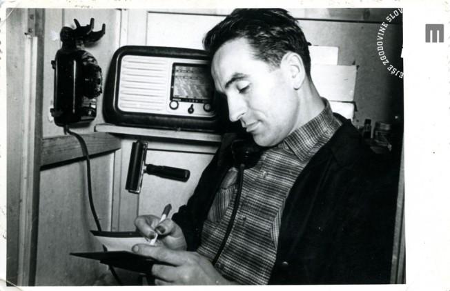 8. Edi Šelhaus v svojem Foto studiu Edi v Trstu, tik preden se je vrnil v Jugoslavijo, 7. maj 1955, foto: neznan.