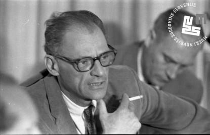 Ameriški dramatik Arthur Miller na tiskovni konferenci pred začetkom 33. Kongresa PEN, ko je odgovarjal novinarjem o poteh literature in o svojem delu, Bled, 3. julij 1965.